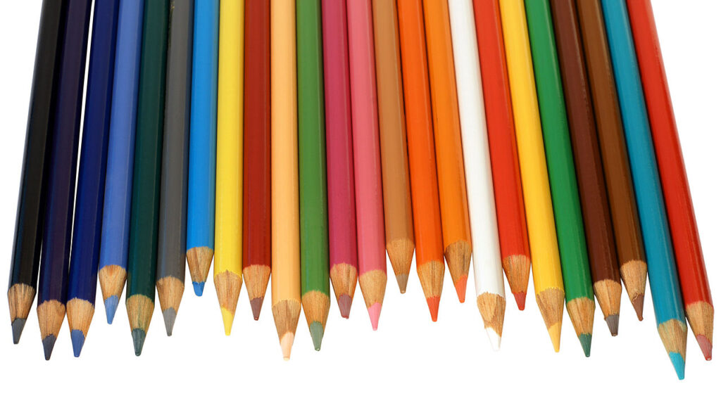 Lápices de diferentes colores sobre un fondo blanco.